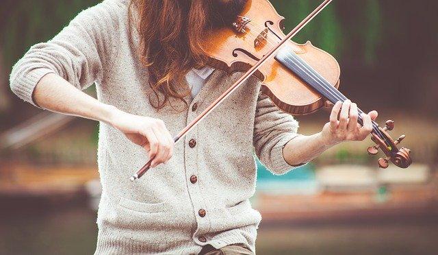 楽器を弾く