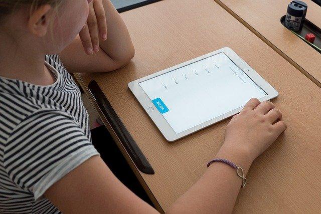 オンラインで勉強する子ども